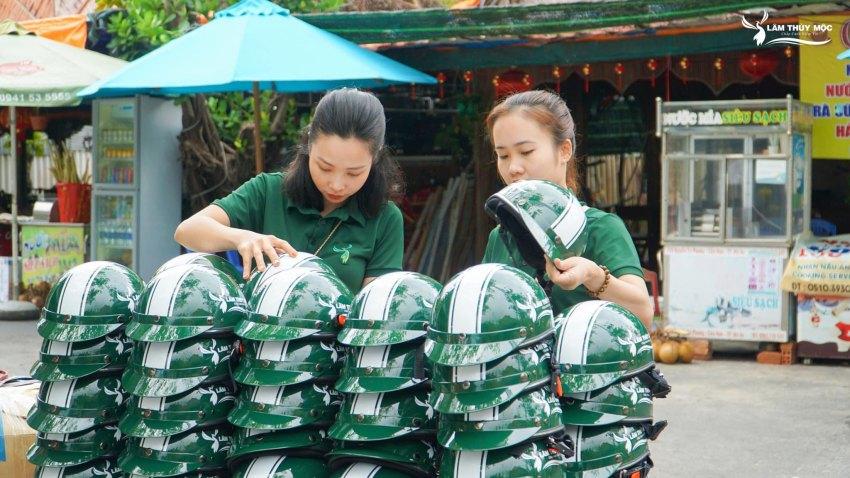Trao tặng 200 mũ bảo hiểm cho các bác xe ôm xã đảo