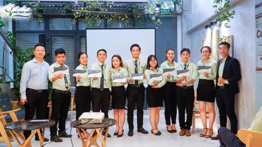 Lâm Thủy Mộc khen thưởng nhân viên cố gắng nỗ lực trong công việc
